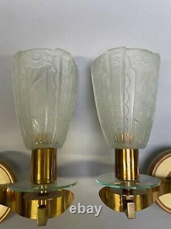 ART DECO. Grande Paire d'applique en laiton, à tulipes en verre pressé moulé