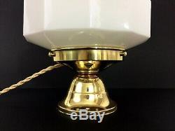 Lampe à poser Skyscraper en opaline et pied en laiton. Globe Art Déco