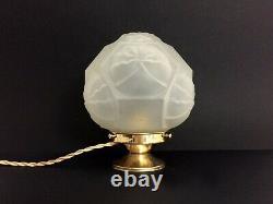 Lampe à poser globe en pâte de verre Art Déco et pied en laiton