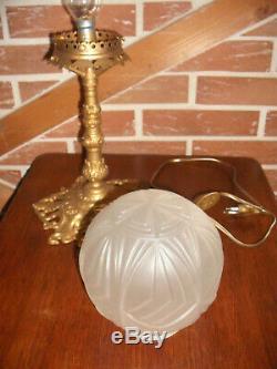 Lampe en bronze et laiton globe en verre opaque Art Déco