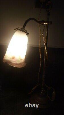 Lampe en laiton coulissante tulipe en pâte de verre signé Muller Frères Lunévil