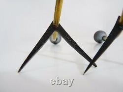 Paire de bougeoirs tripode moderniste année 50 en laiton. Signés