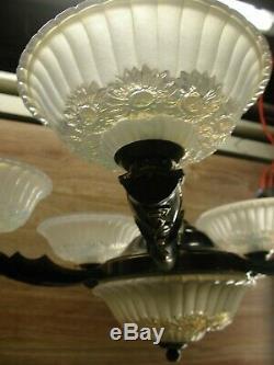 Superbe lustre Art Déco 7 feux, verre opalescent signé Ezan, décor à fleurs
