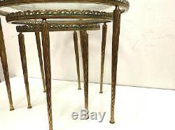 Table gigogne en laiton Piétement fuseau et plateau de verre XX siècle